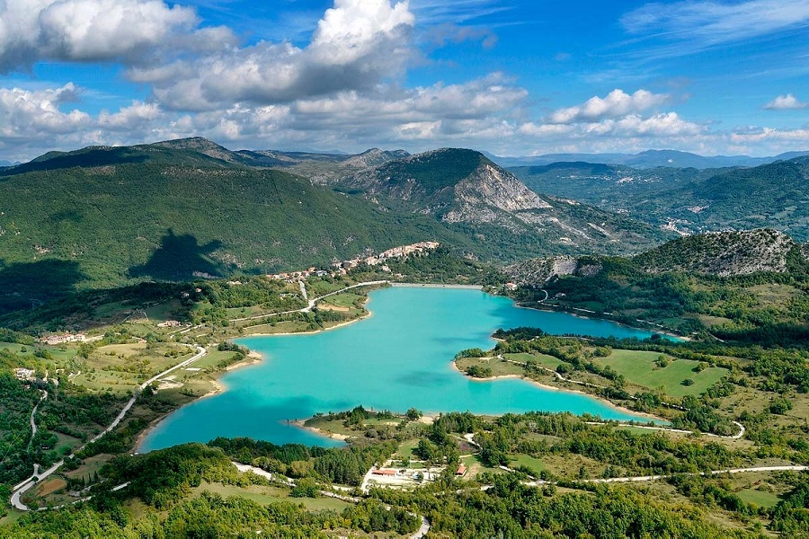 castel-san-vincenzo-lago-1